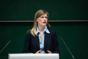 Yvonne Kremer, Vorstandsmitglied des VDE Kurpfalz, stellte dem Auditorium die Referenten des ersten INGENIEURTAGS in der Metropolregion Rhein-Neckar vor.