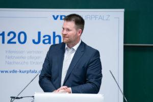 """Der VDE Kurpfalz feiert im Jahr 2019 sein 120-jähriges Bestehen. Sein Anliegen, für eine e-diale Zukunft einzustehen, förderte der Vortrag von Georg Pins auf dem INGENIEURTAG 2019 zu den vielfältigen Aspekten und Herausforderungen der """"SMART PRODUCTION""""."""