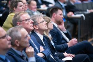 Gebannte Zuhörer: Friedrich Schilling (VDE), Manfred Schumacher (VDI), Prof. Dr. Andreas Föhrenbach (VDI) und Yvonne Kremer (VDE)