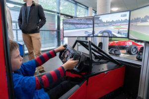Im Rennwagen-Simulator durchstarten! Ein Angebot von CURE Mannheim auf dem INGENIEURTAG 2019, das Klein und Groß begeisterte.