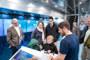 """Technik verbindet: 3 Generationen entdecken im Truck """"expedition d"""" gemeinsam die digitale (Arbeits-)Welt von morgen."""